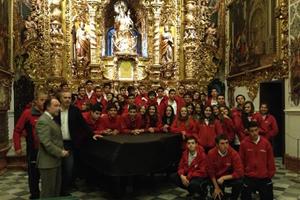 Ramos y Bellido con el grupo en la capilla del Palacio de San Telmo.