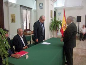 El cónsul Andrés Collado tomó juramento al nuevo presidente, Francisco García Franco.