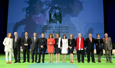La presidenta de la Junta, Susana Díaz, posa con los galardonados con la Medalla de Andalucía y el Hijo Predilecto en el acto institucional por el Día de la Comunidad.