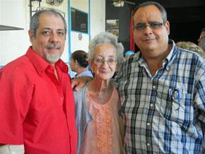 Leonardo Martínez (izq.) y Julio Gallo (der.) con Adela Graña, la socia más antigua con 95 años de edad.