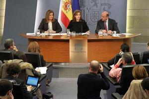 La vicepresidenta del Gobierno, Soraya Sáenz de Santamaría (centro), y los ministros de Empleo, Fátima Báñez, y Economía, Luis de Guindos, tras el Consejo.