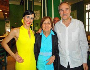 La artista Irene Rodríguez, la presidenta de la entidad, Blanca Mª Fernández, y el embajdor Juan Francisco Montalbán.