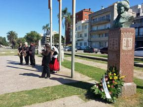 Ofrenda floral ante el monumento a Rosalía de Castro en la Plaza de Galicia de Montevideo.
