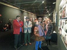 Socios de Aser visitando la muestra.