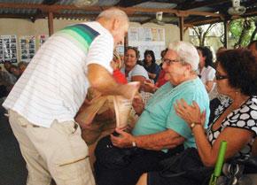 Roberto Ogando entrega a María Cruz el Reconocimiento 'Honor a quien honor merece'.