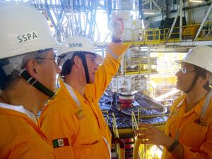Núñez Feijóo y el conselleiro de Industria, Francisco Conde, en su visita a Pemex.