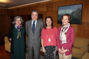 Beatriz Mato (2ª por dcha.) y Tomás Burgos, con altos cargos de sus departamentos.