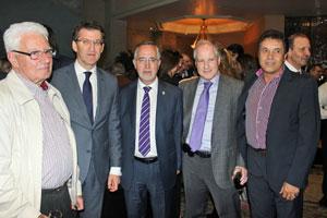 El presidente gallego, Alberto Núñez Feijóo, segundo por la izquierda, junto a empresarios gallegos y a su izquierda el nuevo presidente del Centro Gallego de México, Florencio Gulías.