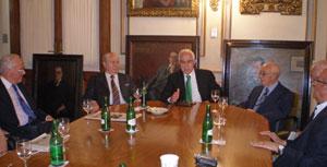 Miras Portugal, en el centro, durante el encuentro que mantuvo con las autoridades del Hospital Español de Buenos Aires.
