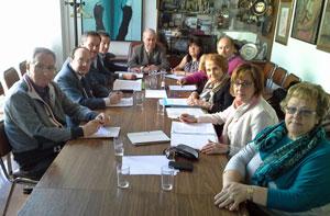 Begoña Serrano y Paz Fernández Felgueroso, segunda y tercera por la derecha, durante la reunión con directivos de la FICA.