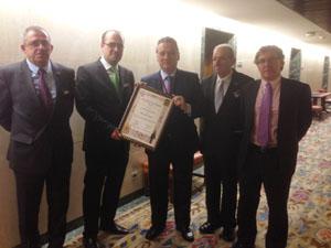 Alfredo Prada muestra orgulloso la distinción con miembros de la Hermandad.