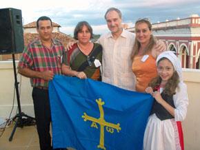 Representantes de la colectividad asturiana con el embajador, centro.