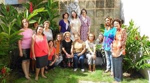 La Comisión de Mujeres en los jardines de la Biblioteca Museo Servando Cabrera Moreno.