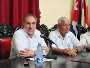 El embajador, Juan Francisco Montalbán, y el presidente del Comité Organizador, Carmelo González.