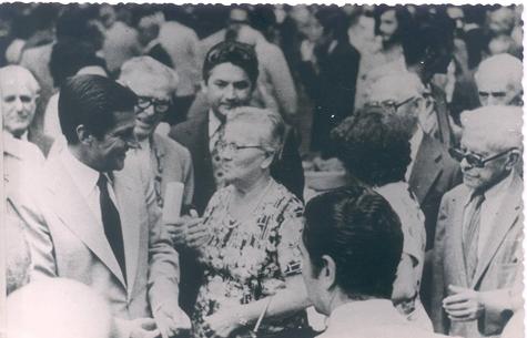 Suárez departe con emigrantes en Cuba durante su viaje en 1979.