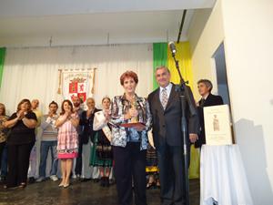 La presidenta del CRE de Argentina, María Teresa Michelón, recibió el galardón en nombre de Carrasco de manos de Jorge Bodega.