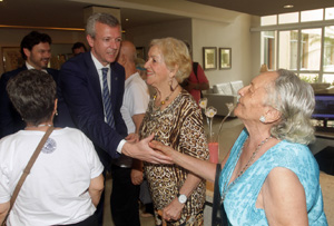Alfonso Rueda visitando la Sociedade de Recreio dos Anciaos para Asilo da Velhice Desamparada.