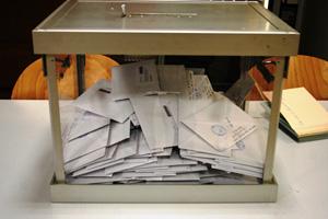 Imagen de la urna instalada en el Consulado de España en París.