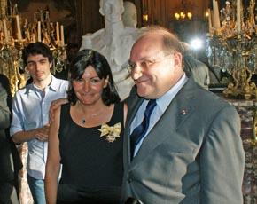 Anne Hidalgo recibió emocionada la medalla de la Orden de Isabel la Católica de manos del embajador Francisco Villar en julio de 2011.