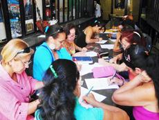 Momentos de la realización de los exámenes en el Centro Gallego de La Habana.