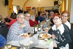 Algunos de los asistentes a la comida.