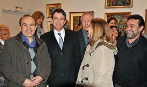 El nuevo primer ministro galo con representantes de la colectividad española, entre ellos el director de la Faceef, Gabriel Gasó (izquierda) durante la inauguración de la exposición de Eduardo Pisano.