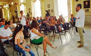 Ildefonso de la Campa escucha una de las intervenciones durante el encuentro de jóvenes.