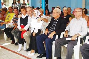 El embajador con dos jóvenes ataviados con el traje canario y a su izquierda Carmelo González y Jesús Chacón.
