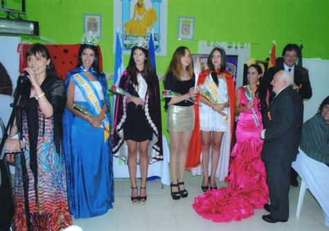 Las reinas Belén Garro, Candela Agorreca y Celeste Flores entregaron varios recuerdos al presidente del Centro Andaluz.