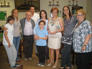 Serrano junto a directivos y socios del Centro Asturiano de Siero y Noreña.