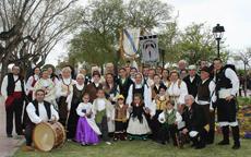 La banda 'Celturia' y socios del Centro Gallego de Castellón.