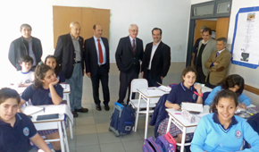 El presidente de la Diputación de Pontevedra, Rafael Louzán, en el centro, visitó una de las aulas junto a directivos del Colegio Santiago Apóstol de Buenos Aires.