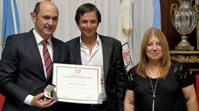 Louzán exhibe con orgullo la medalla y el diploma de Huésped de Honor de la capital argentina.