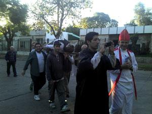 El desfile previo a la quema con los portadores de la figura.