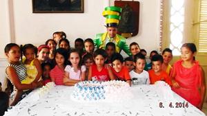 El payaso Papote y los niños ante la tarta de cumpleaños.