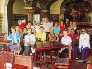 Directivos de Unión de Naturales de El Franco en La Taberna del antiguo Centro Asturiano de La Habana.
