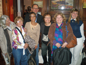 Anxo Lorenzo con un grupo de emigrantes gallegas en el MEGA.