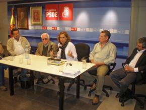 Silva, en el centro, junto a directivos del PSOE en Buenos Aires.