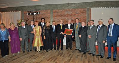 Los directivos del Hogar Español y el director de Migraciones recibieron la placa entregada por el Centro Gallego.