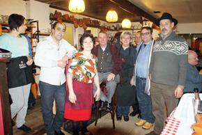 Hermosinda, tercera por la izquierda, con algunos de los emigrantes que llegan al Hogar Español de Gante.