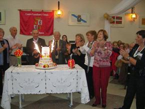 Cortando la tarta por el séptimo aniversario del Centro Castellano y Leonés de Bahía Blanca.