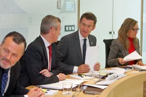 El presidente Feijóo charla con el vicepresidente de la Xunta, Alfonso Rueda, durante la reunión del Consello en la que se aprobó el Plan de Emigración 2014-2016.