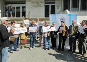 Presentación de la denuncia ante la Delegación de Hacienda en Vigo.