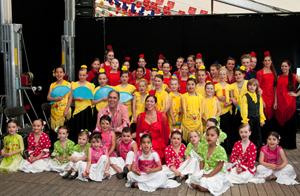 Integrantes de los grupos de baile infantiles y juveniles de la Peña Al Andalus de Amberes.