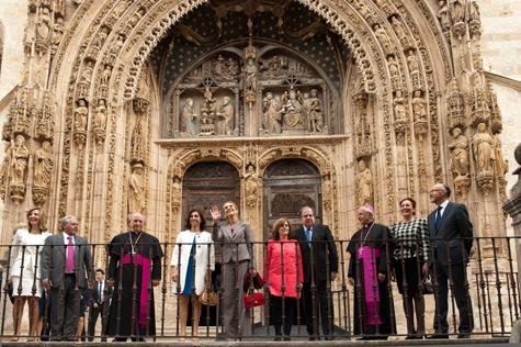 La infanta Elena saluda a los vecinos de Aranda, acompañada de Herrera, Saénz de Santamaría y el resto de autoridades en la inauguración.