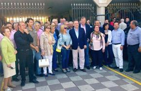 Alfredo Prada con algunos de los asistentes al acto celebrado en La Bañeza.