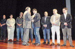 Imponen el Botón de Oro de la Hermandad Gallega de Venezuela a Rodríguez Miranda.