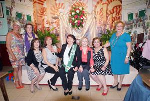 Las mujeres del Peñarroya posan ante la Cruz de Mayo que con tanto cariño habían engalanado.