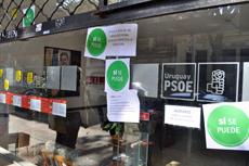 Pegatinas y carteles en la sede del PSOE en Montevideo.