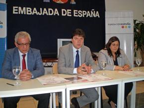 Besteiro, en el centro, durante la presentación del primer Encuentro de Profesionales Hispano Argentinos.